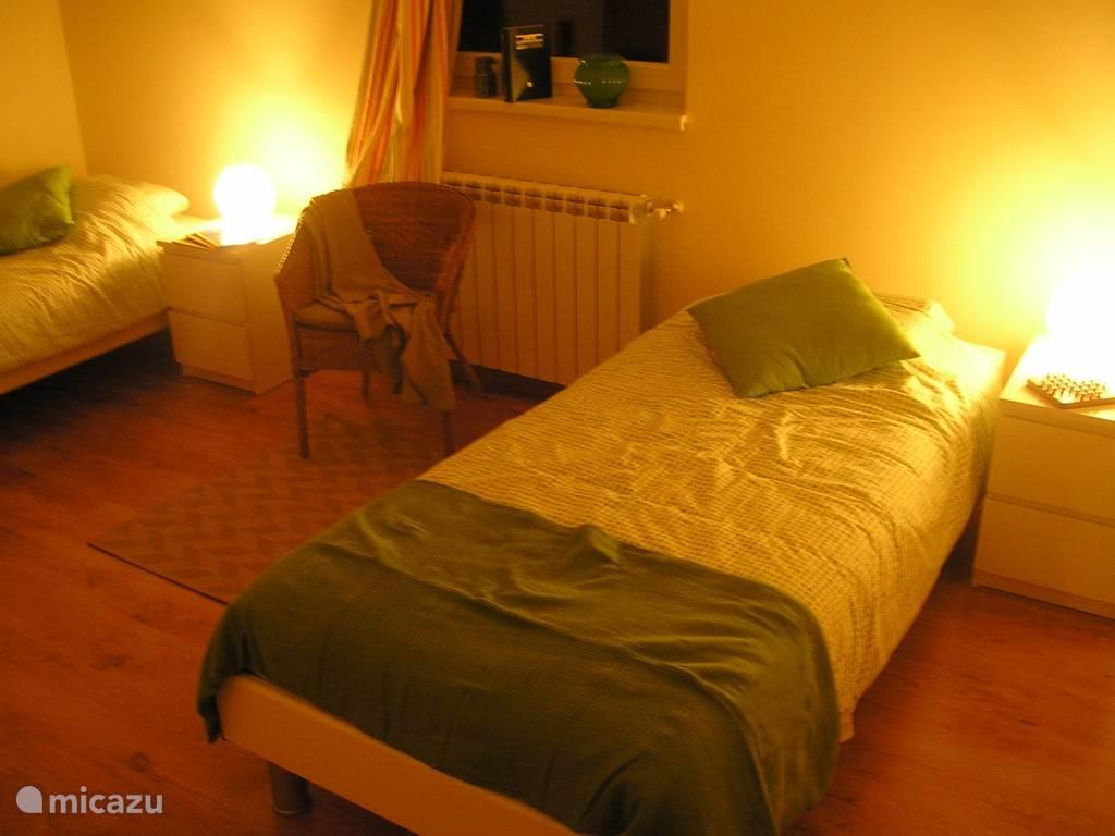 Kamer 4: dit is de extra kamer, op het gelijkvloers, naast de informatiehoek, die op aanvraag extra bekomen kan worden. Er is ook een extra privé-badkamer links. Deze kamer is tegen extra betaling beschikbaar.