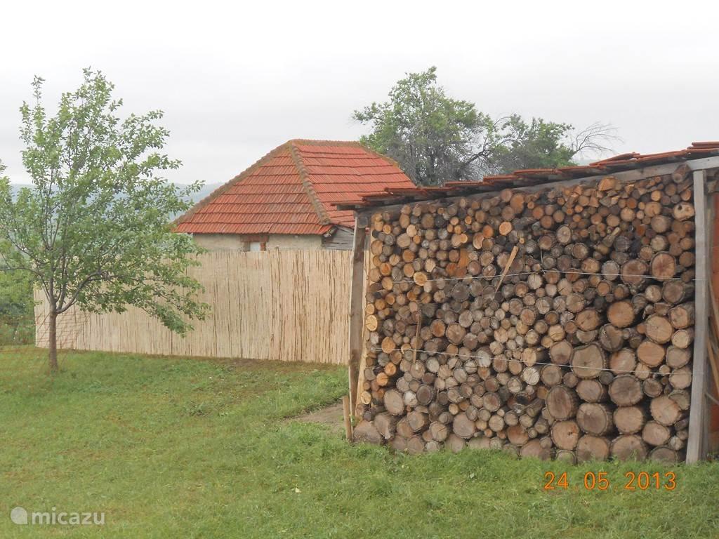 In de herfst, of op een koelere avond: er is voldoende hout voor de gezellige houtkachel.