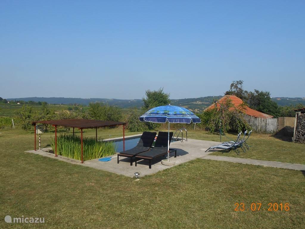 ...zonnen aan de zwemvijver... dit is een zwembad met in een apart zij-bad met planten om het water biologisch helder te zuiveren...een gezond zwembad in de natuur... Om 16:00 draai je de ligzetels nog in de richting van de neergaande zon.