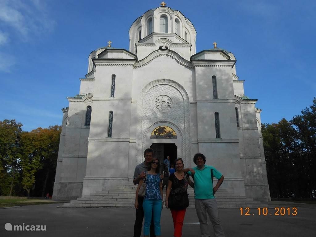 Dit is voor alle Serviërs hun ...wereldberoemde... mausoleum van Oplenac, in Topola. We zijn hier op 7 Km van Villa Vinca. De recentste koninklijke / prinselijke familie wordt hier begraven... Men ziet bij nacht de verlichte dak koepel vanop ons panoramisch dakterras...