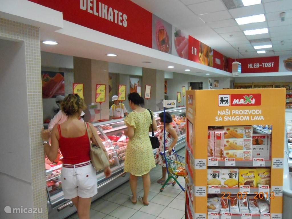 De supermarket Delhaize is vlakbij... Ja, Delhaize, de Belgische Delhaize... Hier je tegen een heel schappelijke prijs alles wat je nodig hebt...