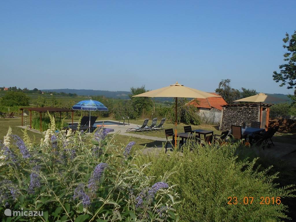 Zo ziet de achtertuin er vandaag (23.07.2016) uit. Er zijn meerdere ligzetels, comfortabele tuinstoelen en tuintafels