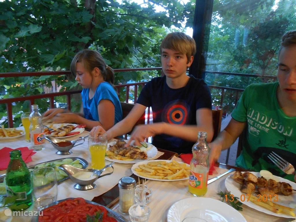 je kan wel goed eten in de restaurantjes in Topola (reken 6 à 10€ per person)