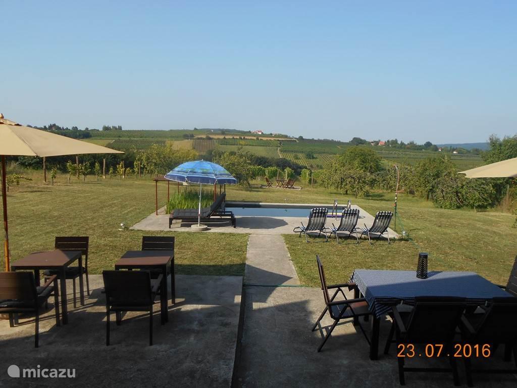 Zo kom je achteraan buiten. De tuin loopt tot 45 meter verder. Daarachter is de wijngaard. Je mag gerust blauwe pruimen plukken in de tuin. De oogst is begin augustus.
