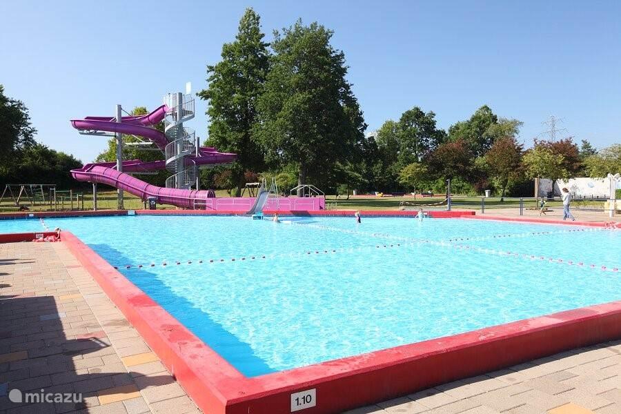 Openlucht zwembad naast het park, gratis toegang