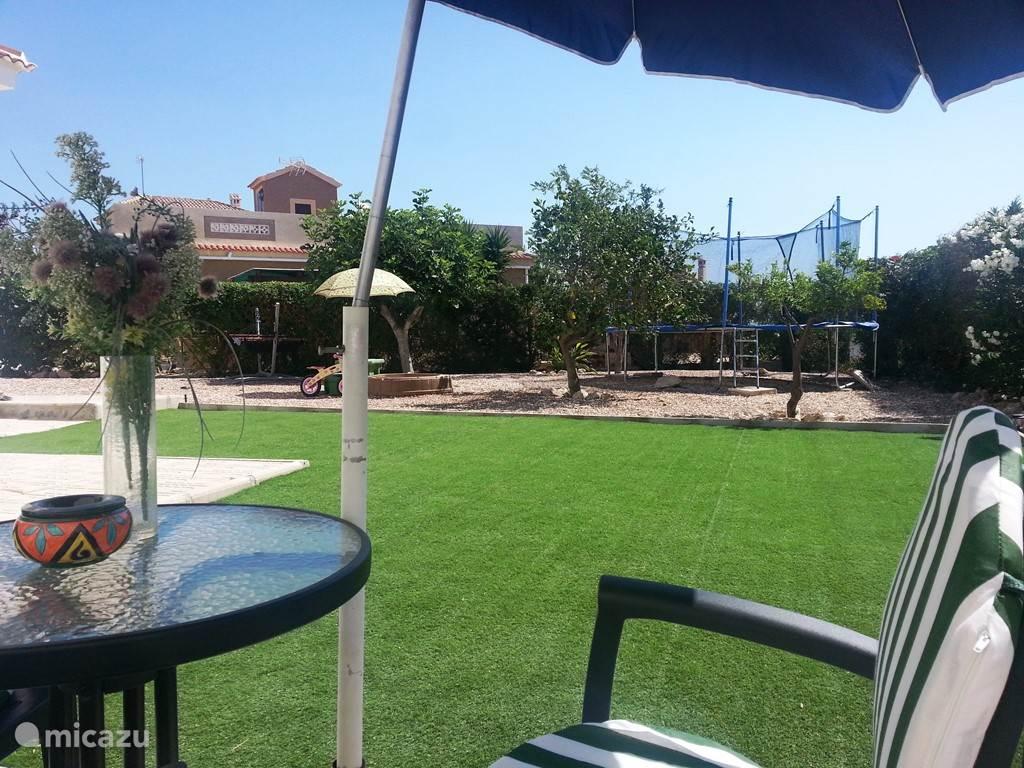 Achtertuin met trampoline