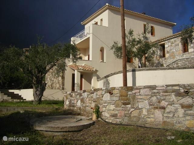 Dit is on Huis in Griekenland. Beneden het gastenverblijf met eigen badkamer. Entree woonkamer keuken en slaapkamer met eigen badkamer. Boven ouder slaapkamer met eigen balkon en badkamer. Allemaal in een voor zes personen