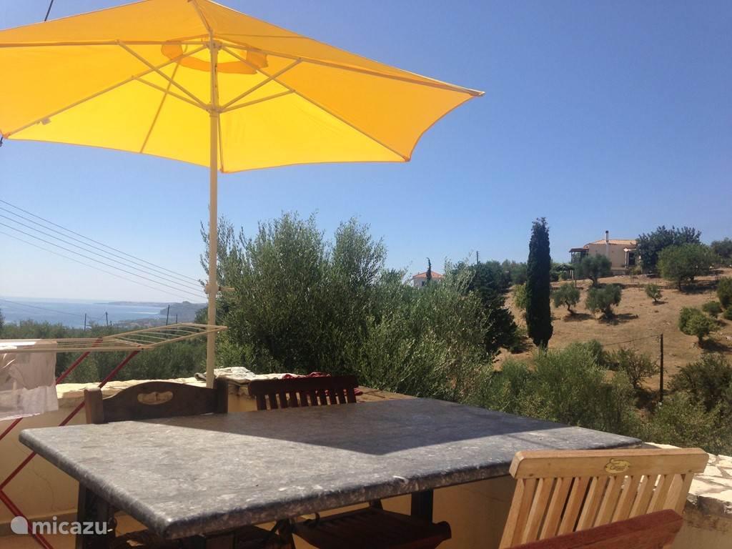 Op ons balkon geniet u van het uitzicht op de Middellandse zee. Je kunt Tunesië zien liggen (grapje) Naast het balkon is en 1000 vierkante meter tuin met mooie terrassen en olijfbomen ook met prachtig zicht en heerlijke schaduw.