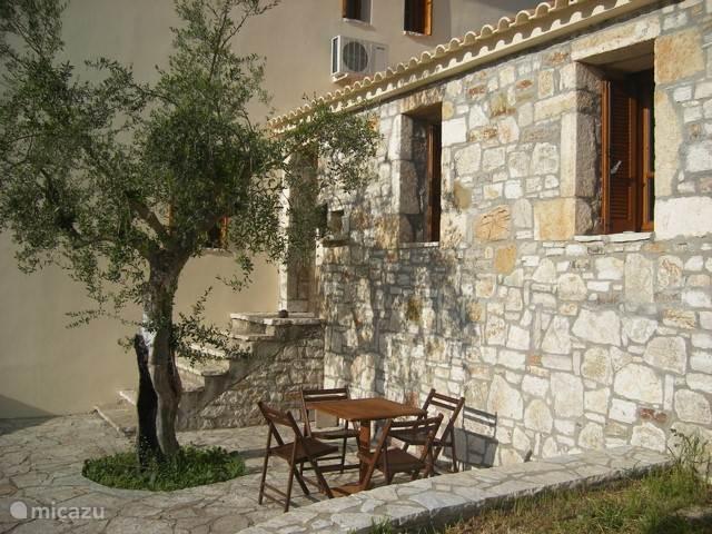 Het terras aan de woonkamer, Heerlijk onder de olijfboom. Nu een stuk groter en heerlijke schaduw.