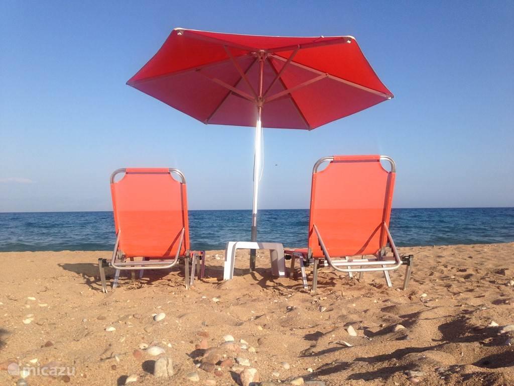 Alle stranden in de buurt hebben bedjes en parasollen. Je hoeft daarvoor niet te betalen. Heerlijk rustig maar ook een goede service met heerlijke koffie, bier en kleine hapjes.