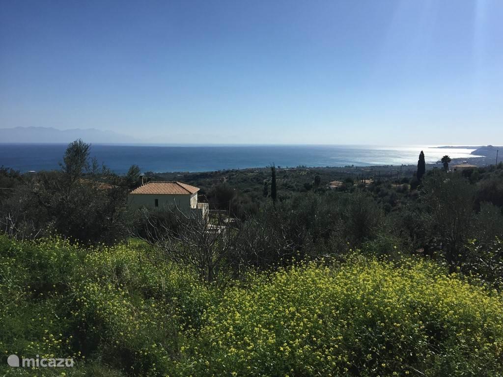 Uitzicht over zee en zie ons huis