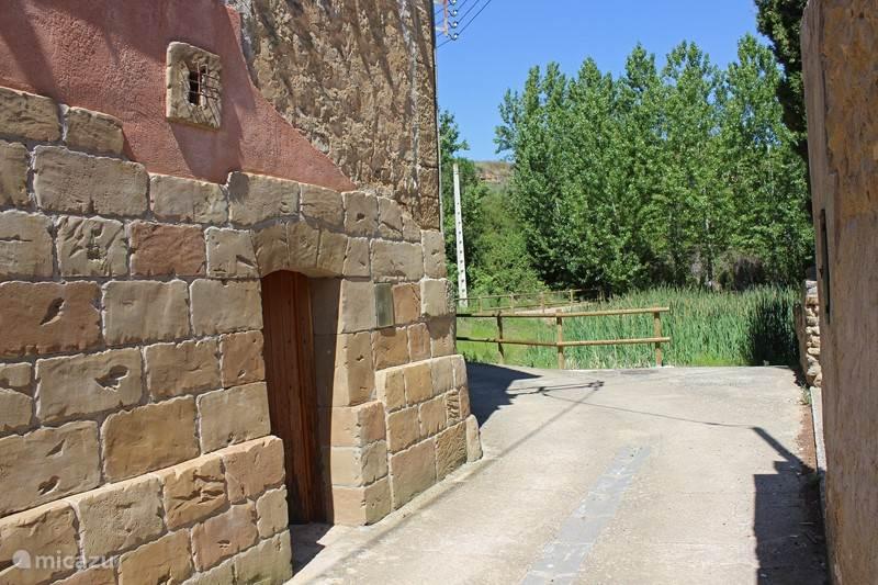 De huisdeur ligt vlakbij het kleine plasje waar vroeger het vee dronk