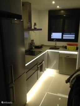 Luxe keuken met led verlichting, vaatwasser, koelkast, vriezer, oven etc