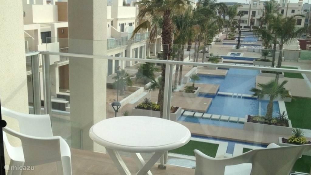 Balkon nr1 met uitzicht over de zwembaden