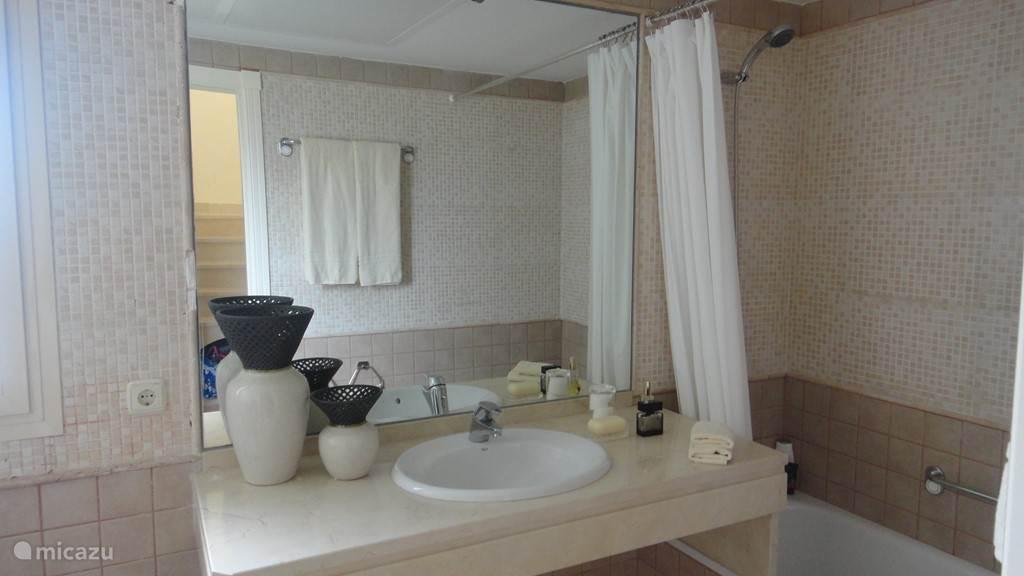badkamer met bad, toilet en bidet