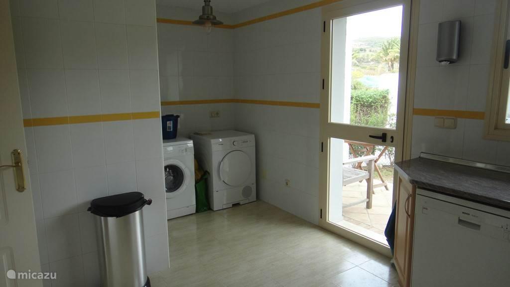wasmachine en droger in keuken