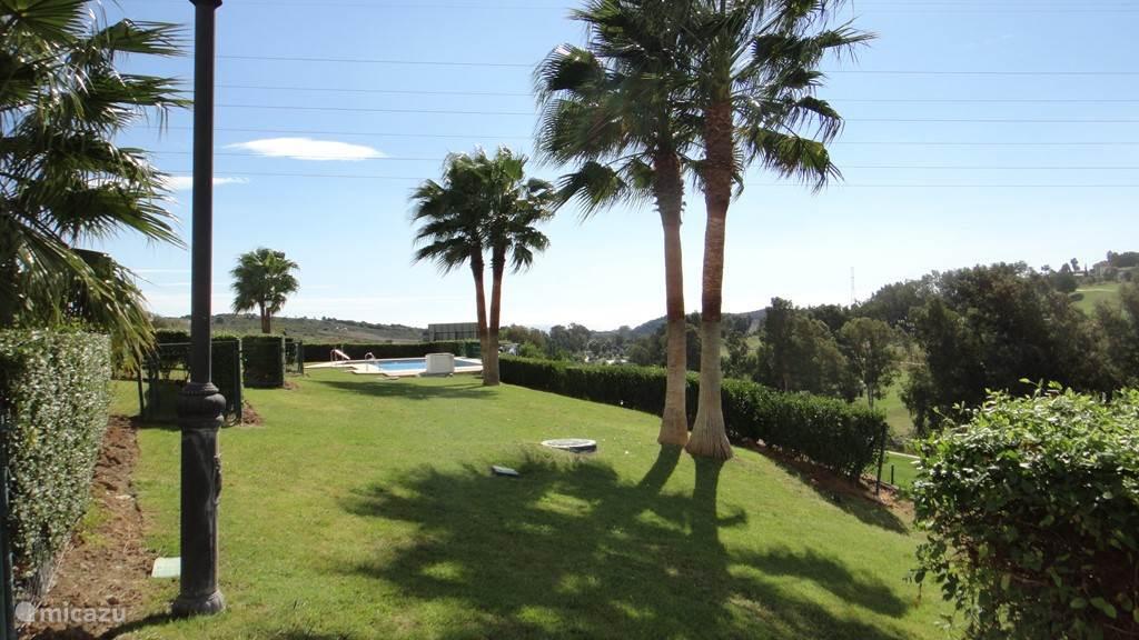 gemeenschappelijke tuin met groot zwembad met uitzicht op golfbaan
