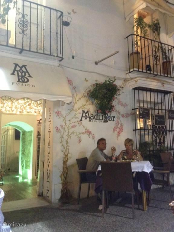 Estepona centrum met veel restaurants en winkels
