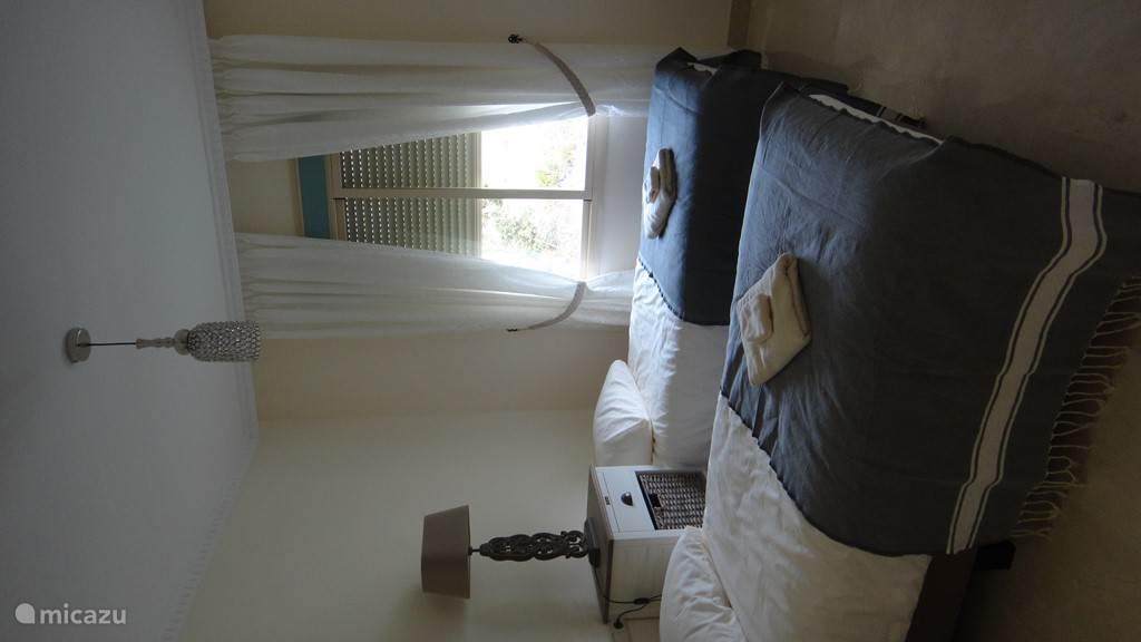 slaapkamer 1 met grote kastenwand