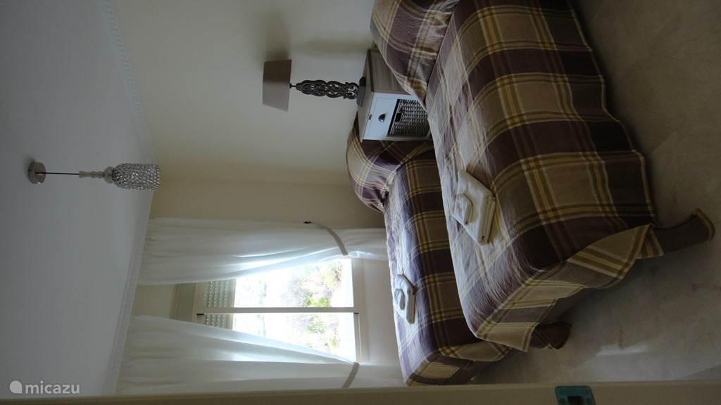 slaapkamer 2 met grote kastenwand