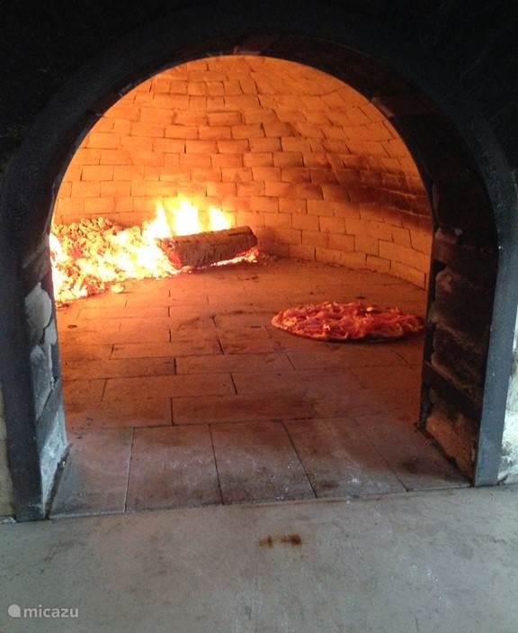Een echte klassieke pizza oven waarin je heerlijke pizza's maakt: uitgebreide gebruiksaanwijzing aanwezig in het huis