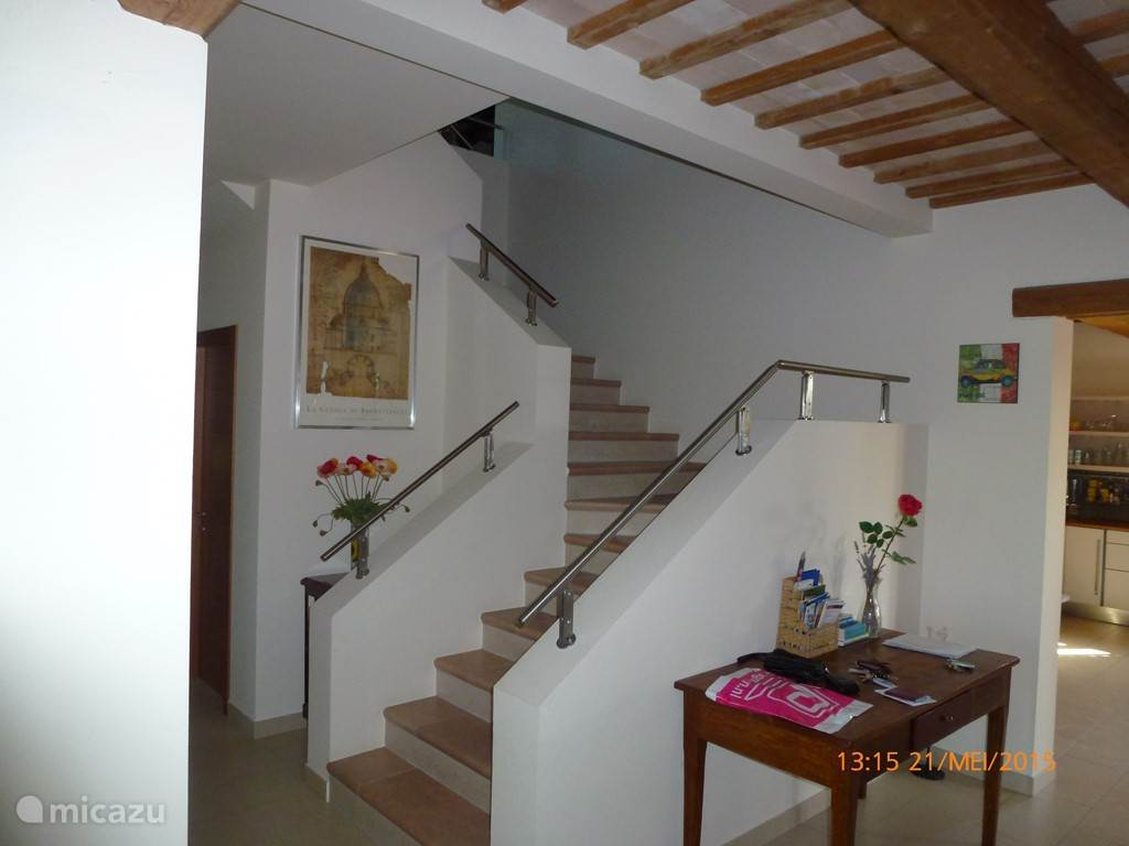 Blik op het royale trappenhuis