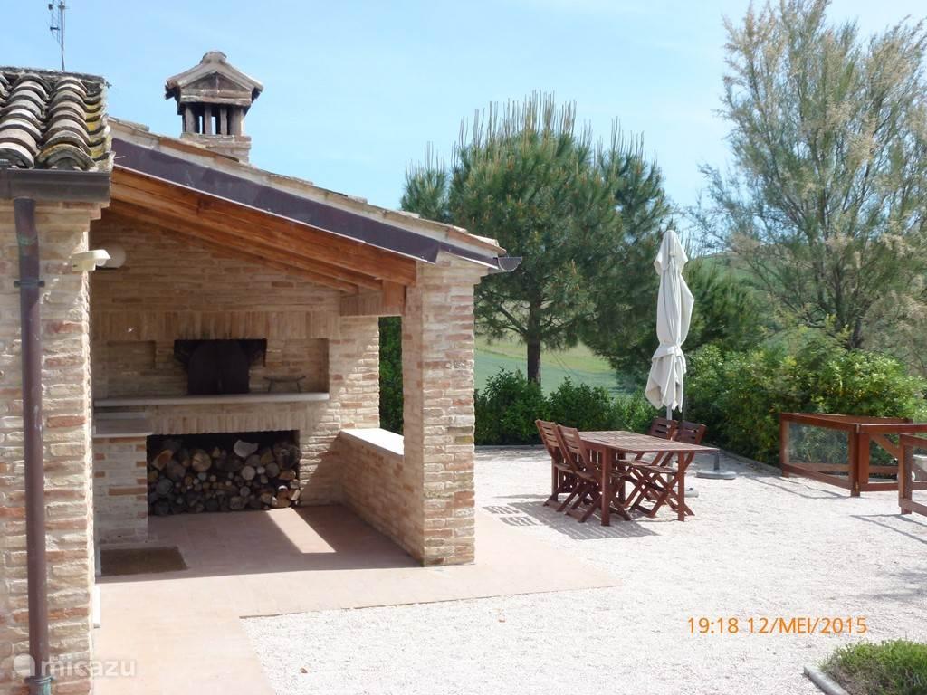 Gezicht op de pizza-oven en één van de terrassen