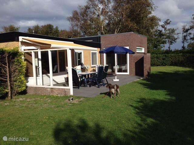 Een grote eigen tuin en een beschut terras met zon- en windscherm op het zuiden, heerlijk buiten zijn!