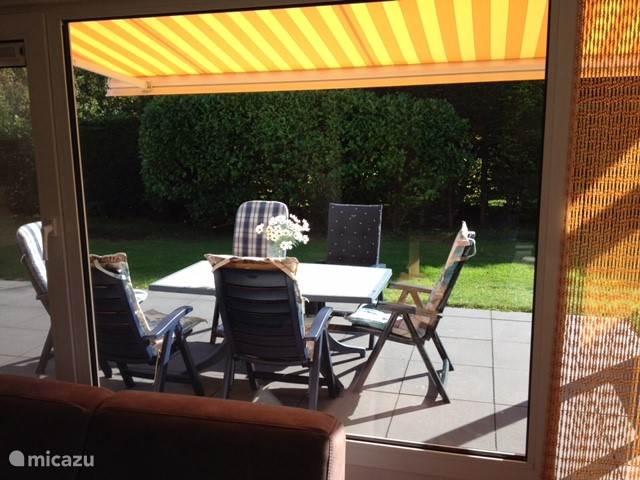 Het terras vanuit de woonkamer