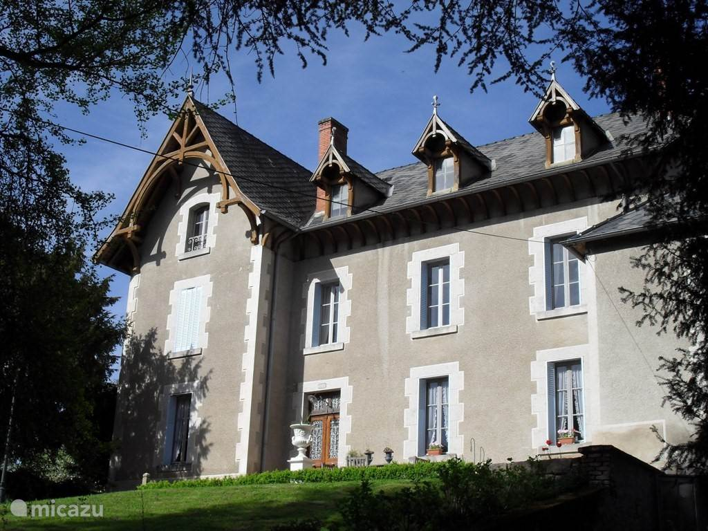 Vacation rental France, Auvergne – manor / castle Chateau Arfeuilles