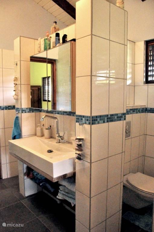 Deze badkamer bevindt zich tussen slaapkamer 1 en slaapkamer 2.