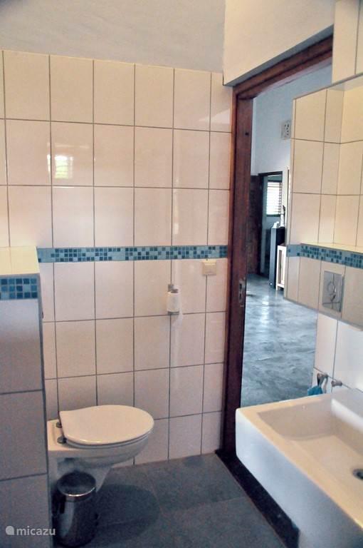 Deze badkamer bevindt zich naast slaapkamer 3.