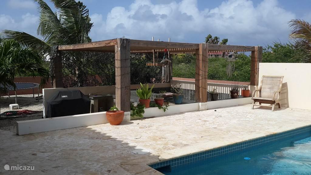 De lounge area met op de achtergrond een trampoline.