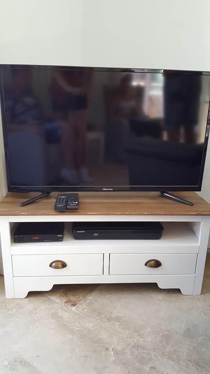 In de woonkamer: een satelliet tv, dvd speler en geluidsinstallatie. Daarbij is er gratis WiFi.