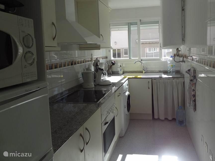 De keuken is van alle gemakken voorzien: kookplaat, oven, magnetron, koffiezetapparaat, waterkoker, wasmachine, afwasmachine en grillplaat.