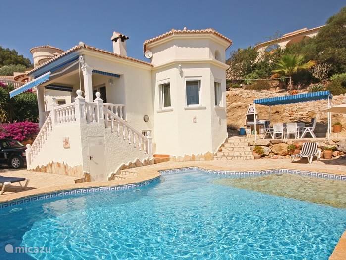 Zijaanzicht Casa Estrellada met zwembad