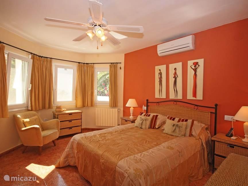 Ruime slaapkamer op de eerste etage met tweepersoonsbed en grote inbouwkast