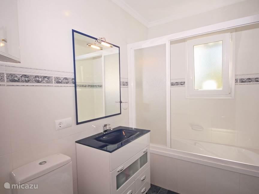 Ruime badkamer met ligbad / douche op de eerste etage