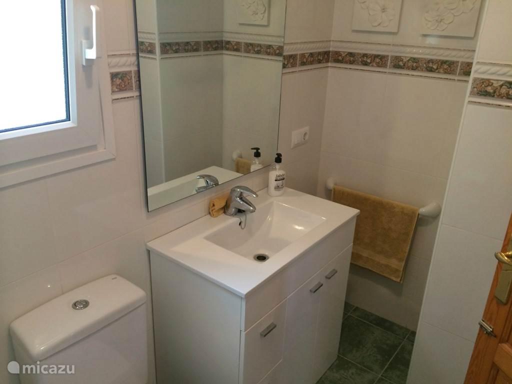 Badkamer met douche op de eerste etage