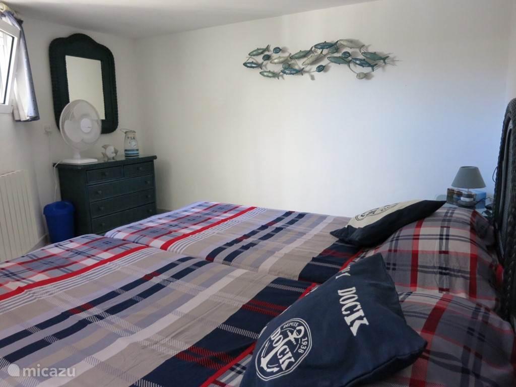 Slaapkamer op de begane grond met twee aparte bedden en inbouwkast