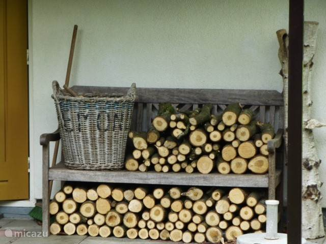 Als het wat kouder wordt, biedt de houtkachel aangename warmte.