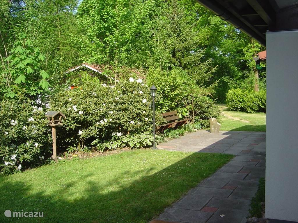 De bungalow bevindt zich uit het zicht van de parkeerplaats en de openbare weg.