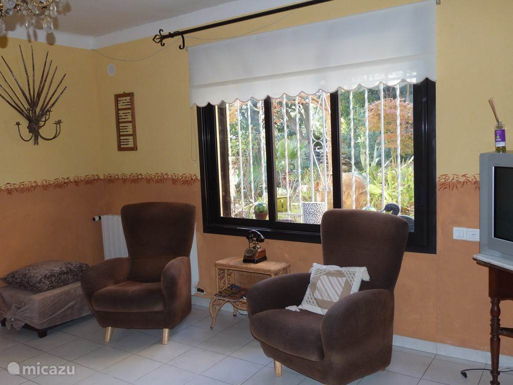 De zitkamer met een kijk op de tuin