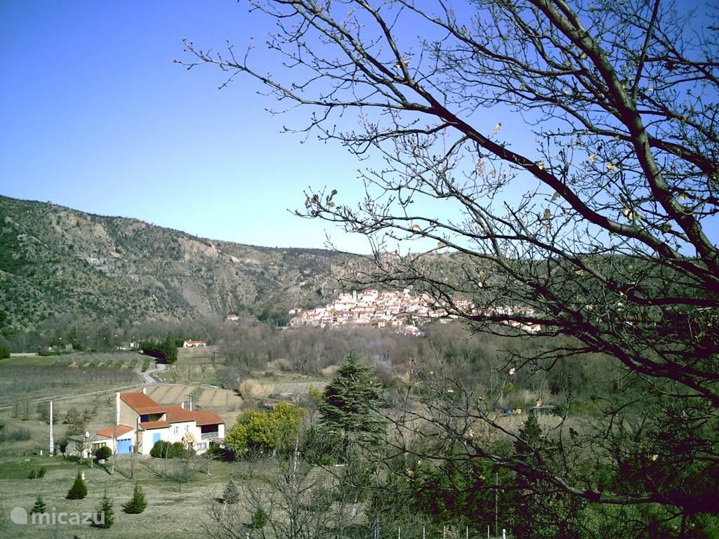 De ligging van het huis met het dorpje Rodes op de achtergrond