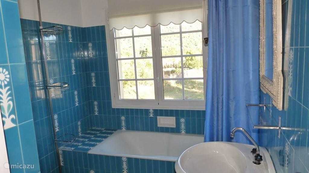 De blauwe badkamer met ligbad