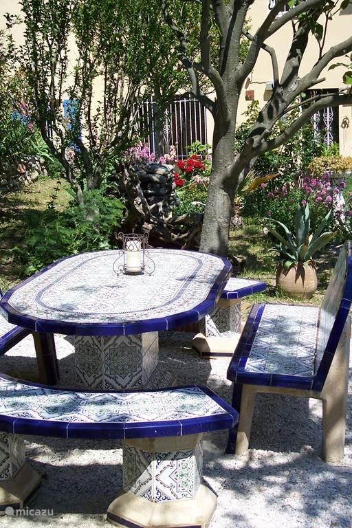 Het tuinzitje voor gezellige maaltijden