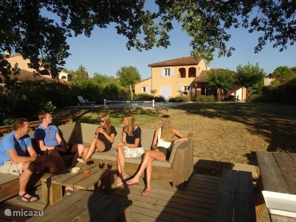 Grote loungeset met zicht op de rivier de Ardèche, op de achtergrond het verwarmde prive zwembad en de jeu de boulesbaan