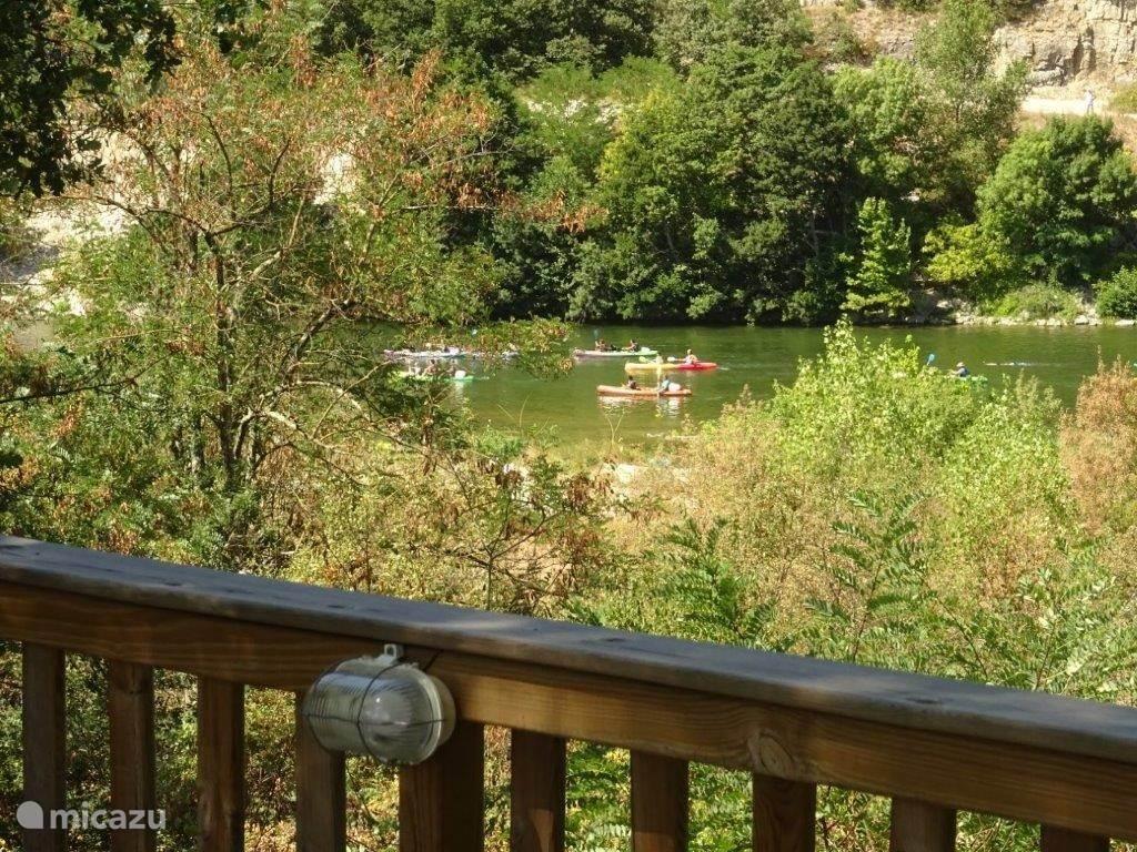 Tuin grenst aan de achterzijde heel fraai aan de rivier de Ardèche, u heeft zicht op voorbijtrekkende kano's.