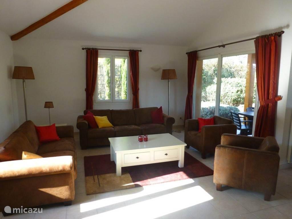 Villa beschikt over drie schuifpuien in de woon/eetkamer.