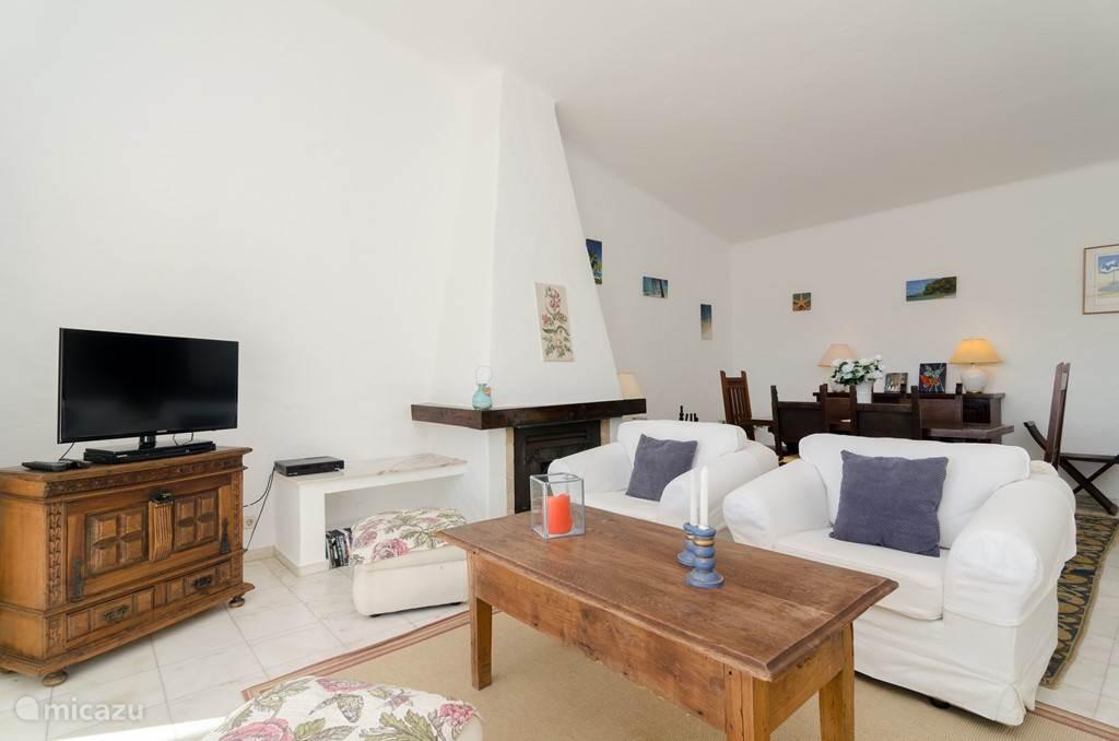 De woonkamer met heerlijke sofa's en open haard voor de wat koudere dagen (winter)
